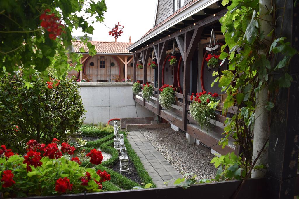 Необычный отель удивляет своими номерами: туристы живут в винных бочках (заглянем внутрь)