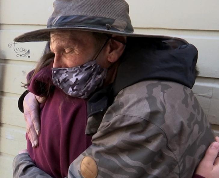 """""""Каждое доброе дело имеет свою награду"""": бездомный нашел кошелек и вернул его владелице, за что был вознагражден"""