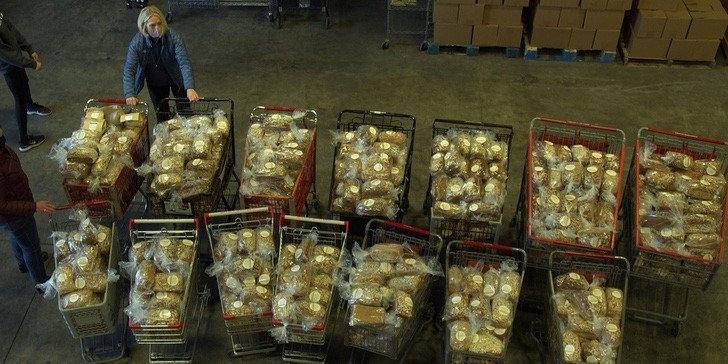 Во время пандемии пекари Сиэтла решили помогать бездомным и людям, лишившимся работы. Они выпекают домашний хлеб и раздают нуждающимся
