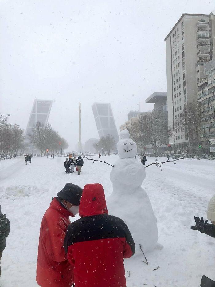 Испанцы радуются рекордно выпавшему снегу и продолжают делиться фото