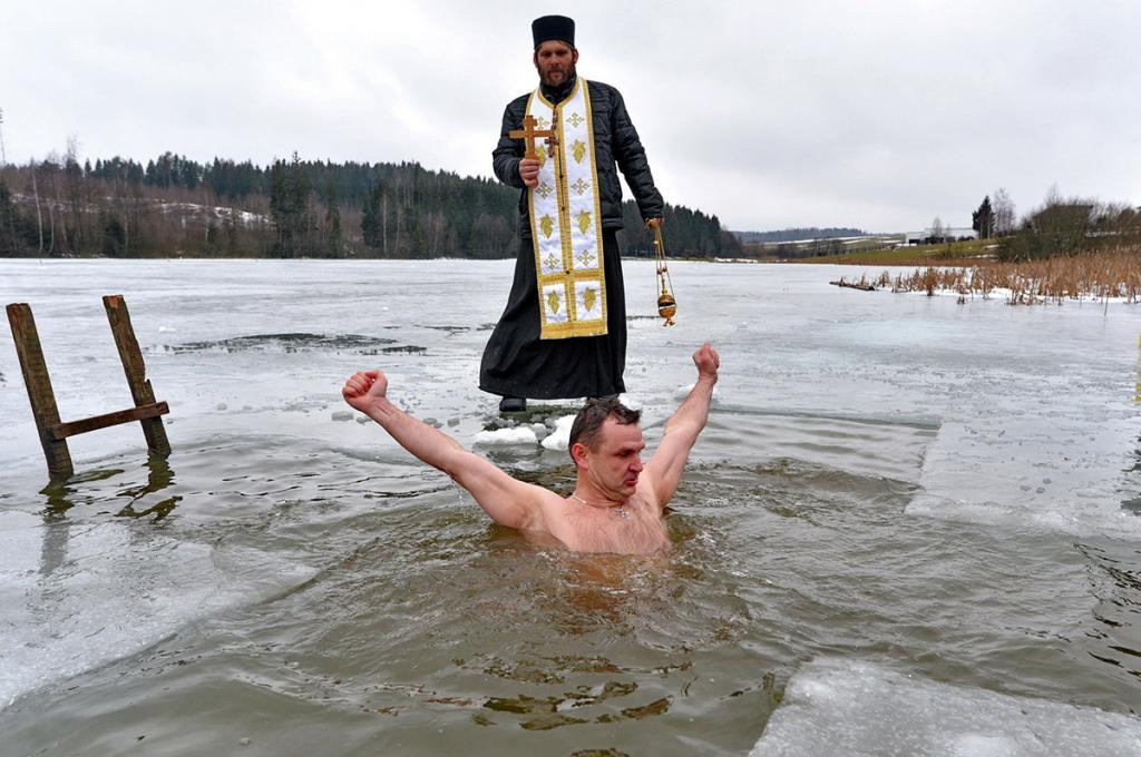 Елена Малышева выступила против купания в проруби на Крещение и назвала обычай странной забавой