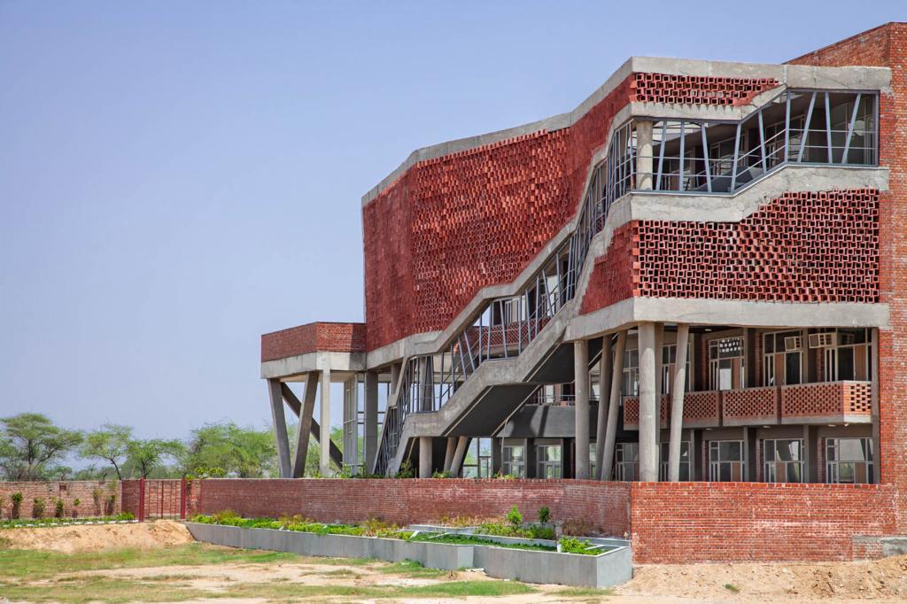 А с виду и не скажешь: архитекторы построили необычное женское общежитие для Института в Индии