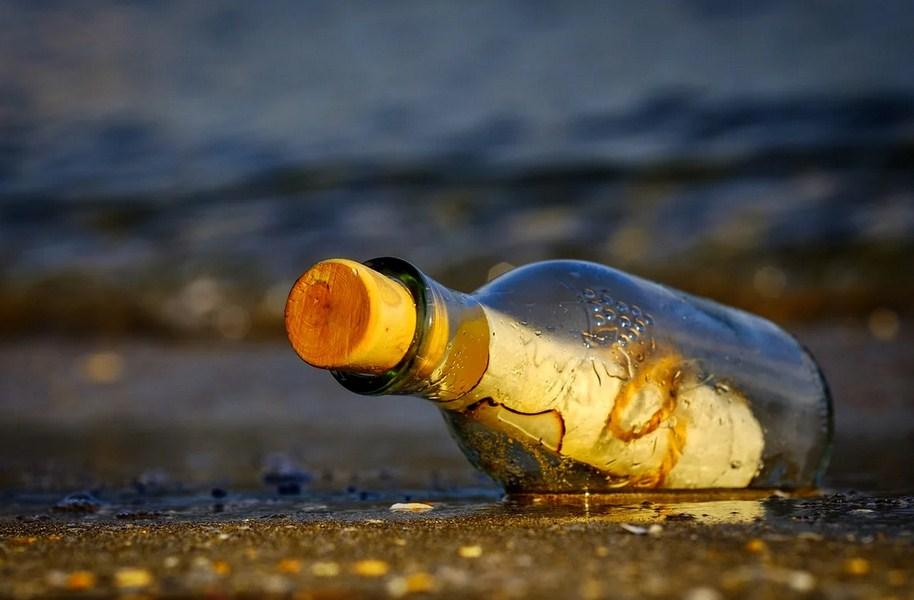Мужчина из Канады нашел старую бутылку. Внутри были бриллиантовое кольцо и записка