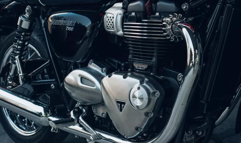 Triumph Bonneville T100 2021 года: стильный мотоцикл для начинающих райдеров мощностью 55 лошадиных сил