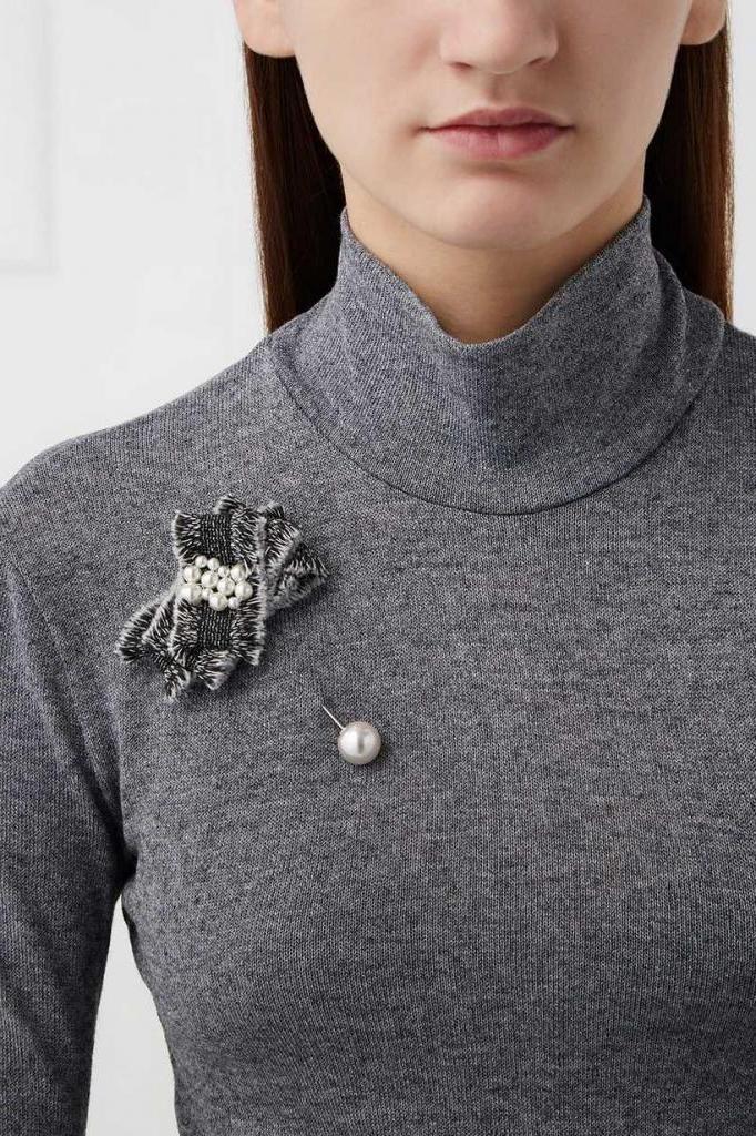 Черная рубашка и минималистичная брошь - универсальные вещи, которые есть мало у кого в гардеробе, а зря