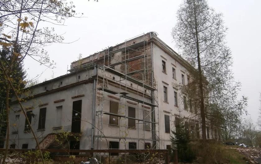 Каждый день фермер смотрел из окна на разваленный дворец: он его купил и теперь это здание вызывает восторг