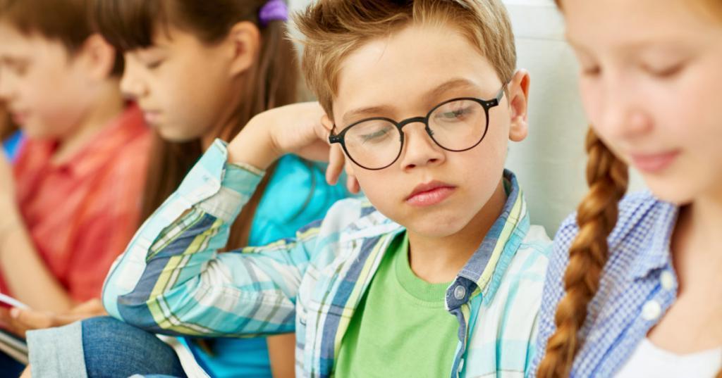 Если стесняется, научить задавать вопросы: как помочь детям заводить друзей