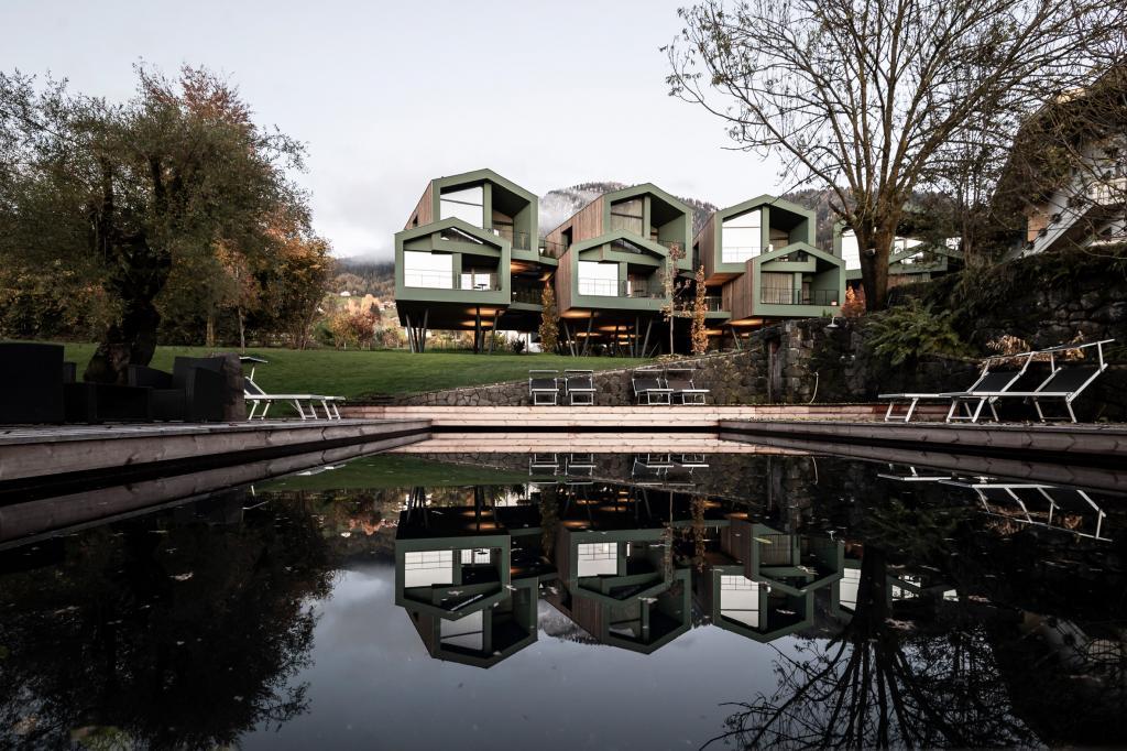 Итальянские архитекторы построили в Альпах необычный отель на сваях: фото