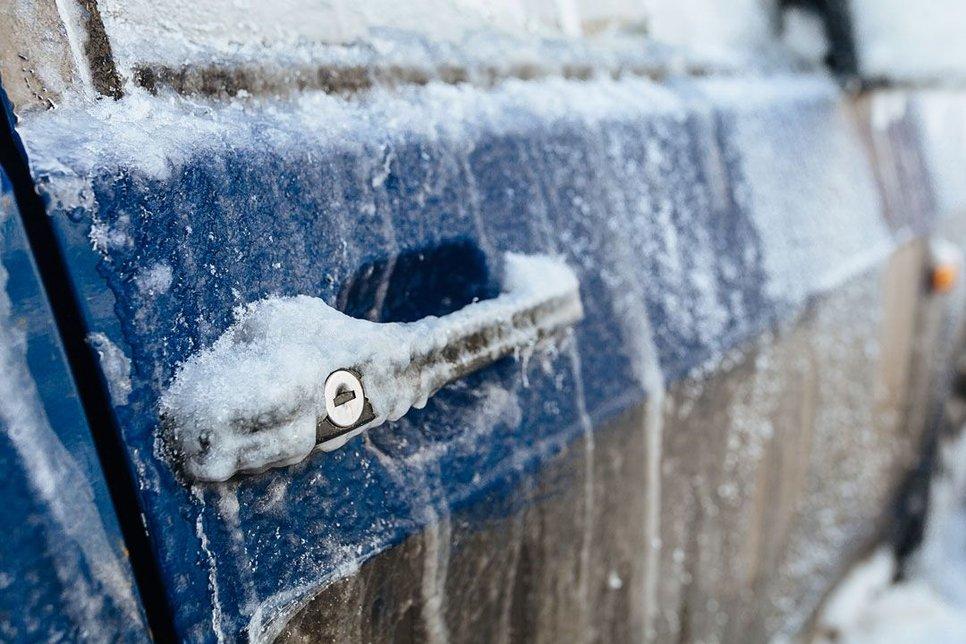 Отогреть нельзя: эксперт назвал способы открыть примерзшую дверь в автомобиле