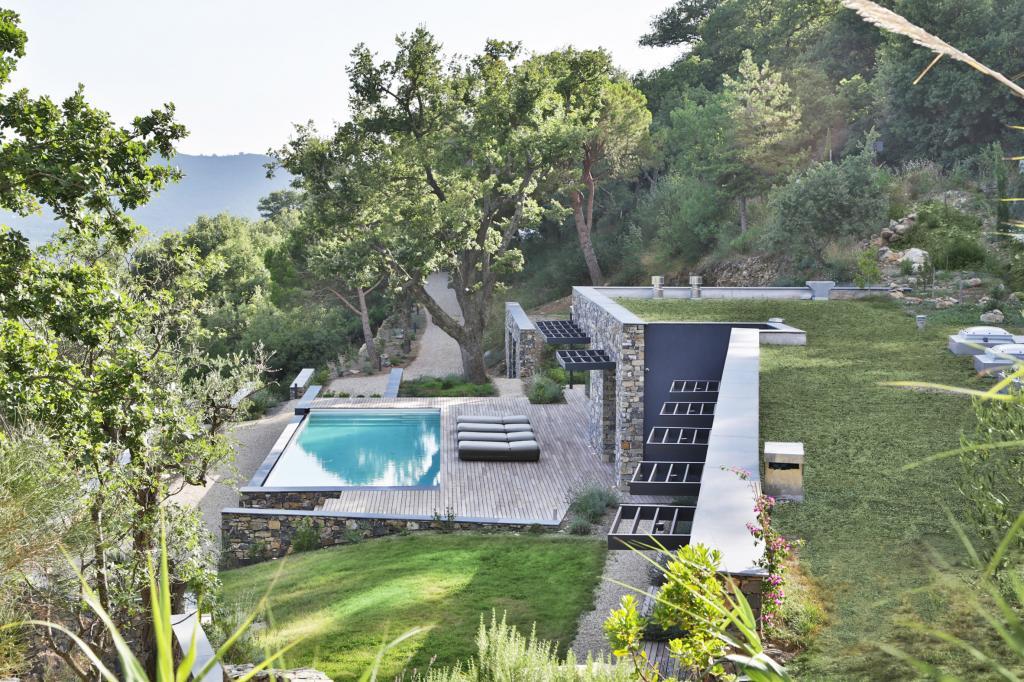 Архитекторы построили дом из камня, который добыли на месте строительства – холме