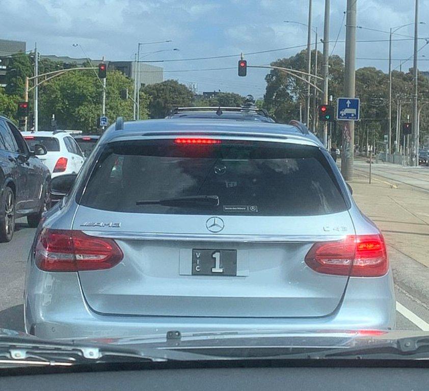 Номерной знак стоимостью $ 2 миллиона на Mercedes за $ 200 000: фото из Австралии