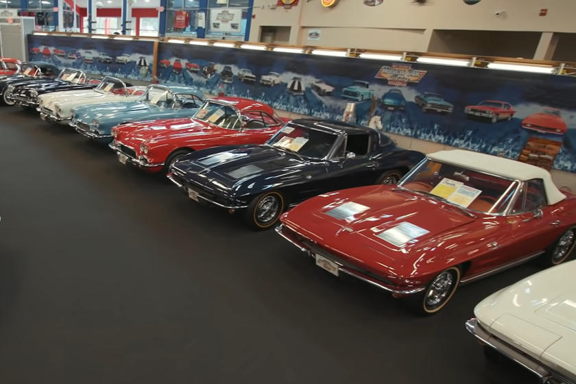"""Коллекционер решил """"выйти на пенсию"""": на продажу выставлена уникальная коллекция из 48 Corvette"""