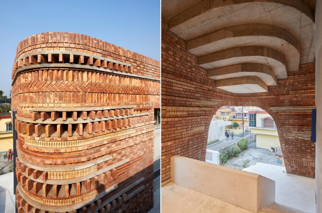 Архитекторы построили общественный центр из терракотового кирпича в Индии, отдав дань культурным традициям страны