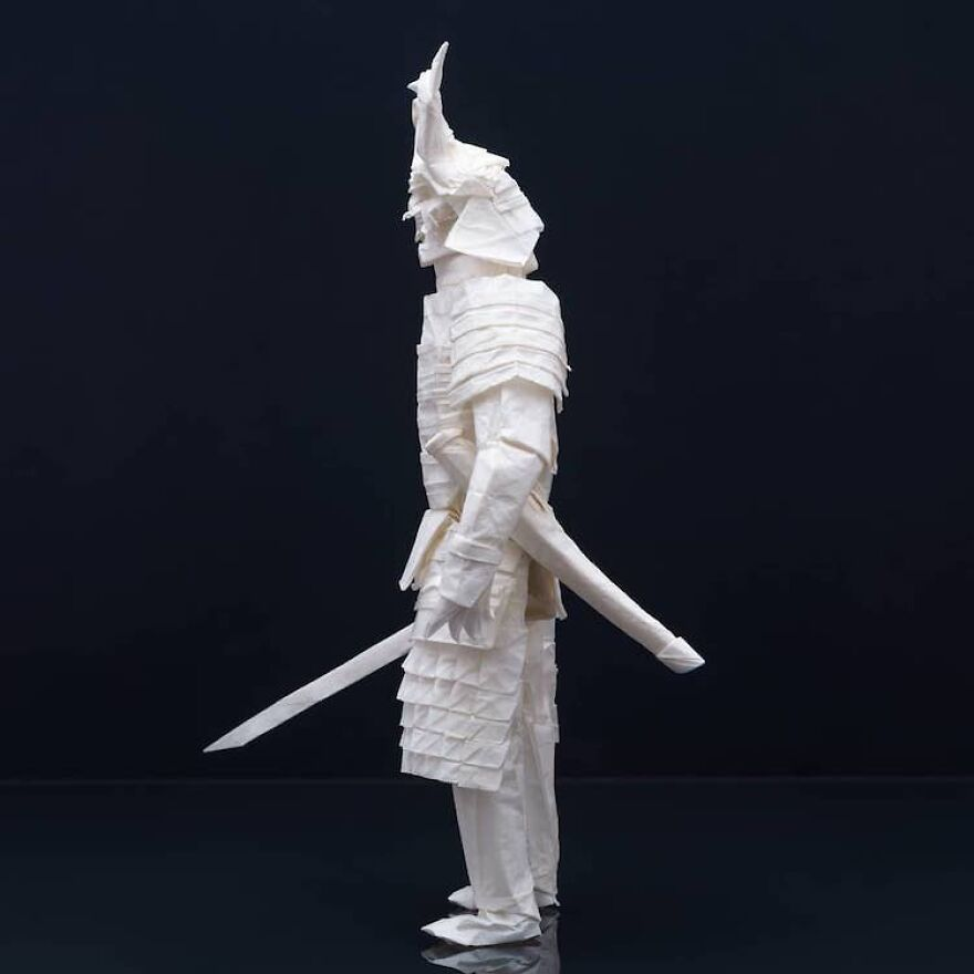 Финский художник провел 3 месяца, складывая воина-самурая из одного листа бумаги