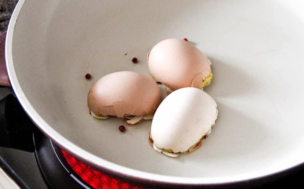 Фарширую не сами яйца, а скорлупу. Да еще и обжариваю на сковороде: рецепт оригинальной закуски