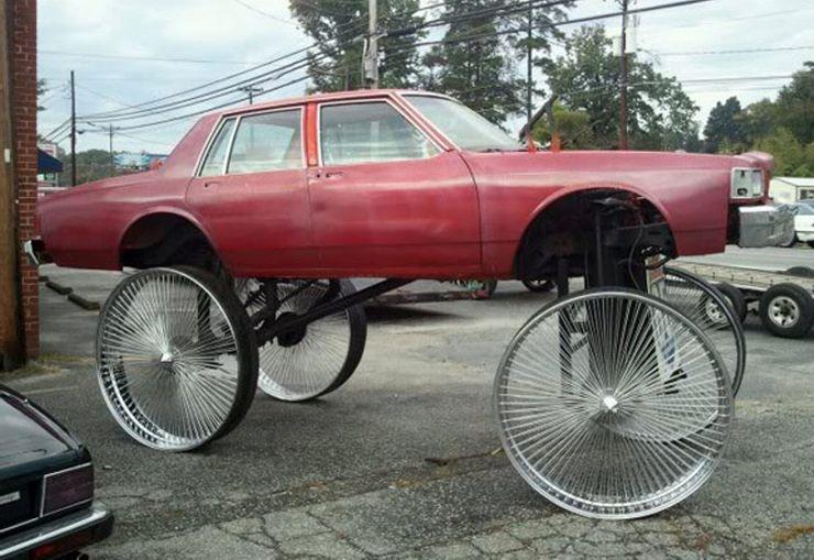 """Деревянная дверь и """"сломанные"""" колеса: самые странные автомобильные причуды, на которые больно смотреть"""