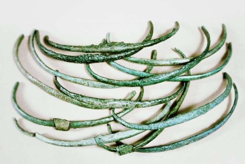 Древние люди использовали бронзовые предметы как раннюю форму денег, вплоть до стандартизации формы и веса своей валюты