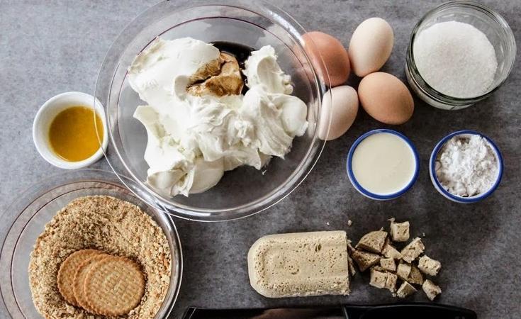 Красивый и быстрый творожный чизкейк с халвой и печеньем: запекаю на пару