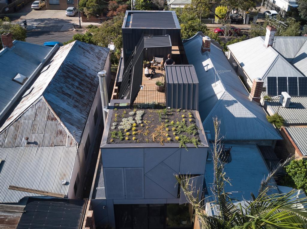 Дизайнеры к старенькому дому в Мельбурне сделали пристройку из стекла. Что получилось после реновации