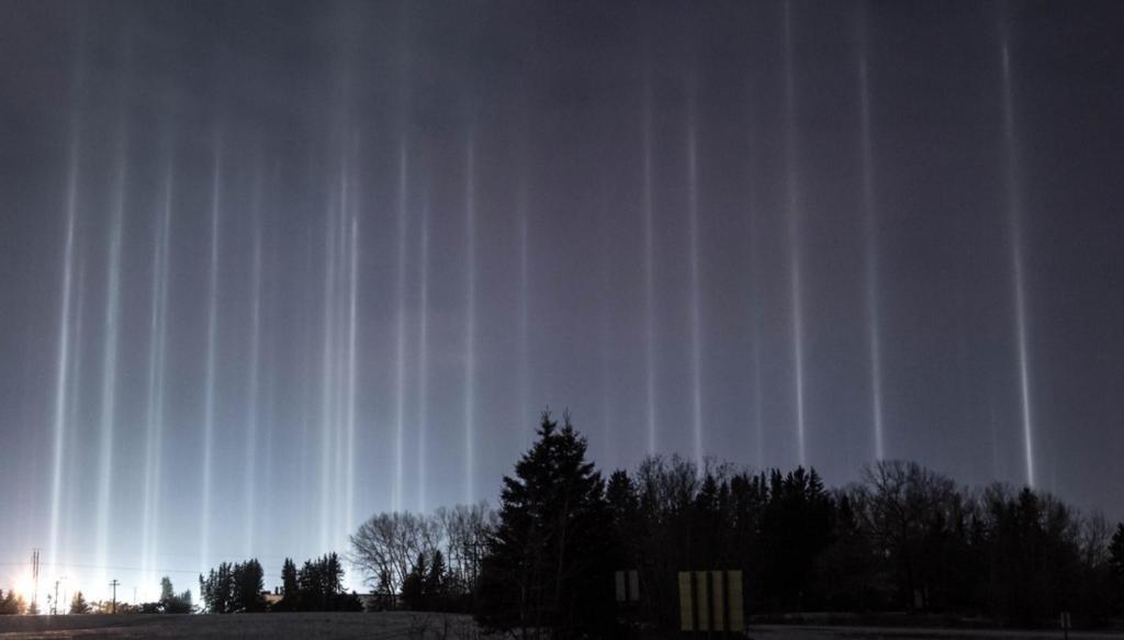 Атмосферное явление: над канадским городом заметили «лучи в космос» (фото)
