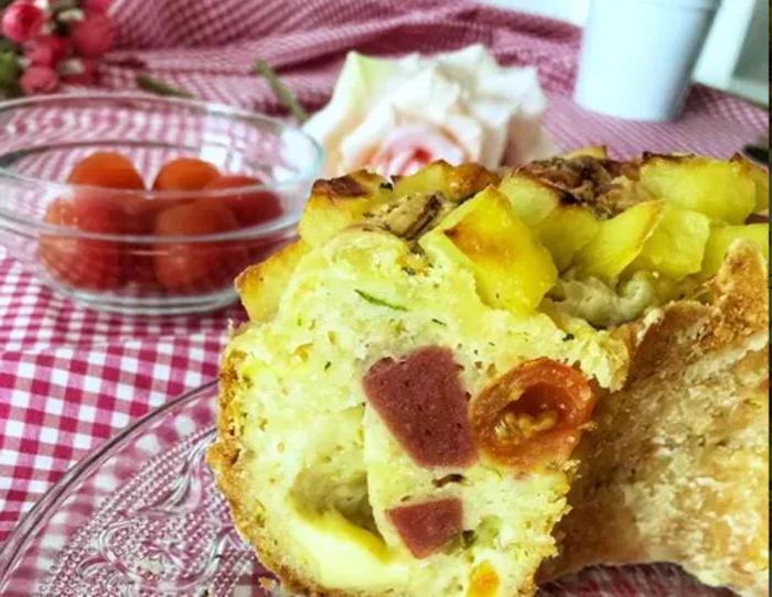 Простой, но сытный и красивый пирог с сыром, колбасой и кабачком: чтобы выпечка хрустела, делаю корочку из картофеля