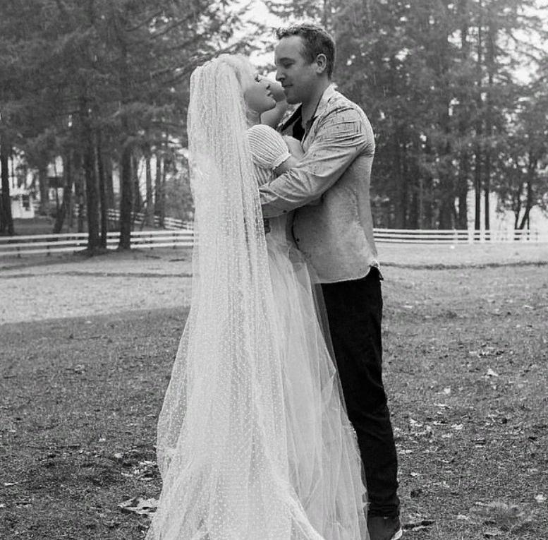 Памела Андерсон влюбила в себя чужого мужа и вышла за него замуж после бурного романа во время локдауна