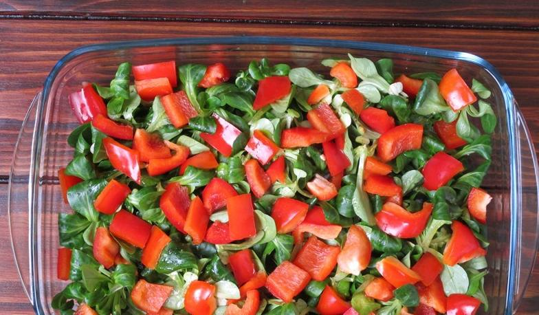 Слоеный салат из овощей с фетой под медово-горчичным соусом: рецепт легкого и вкусного блюда