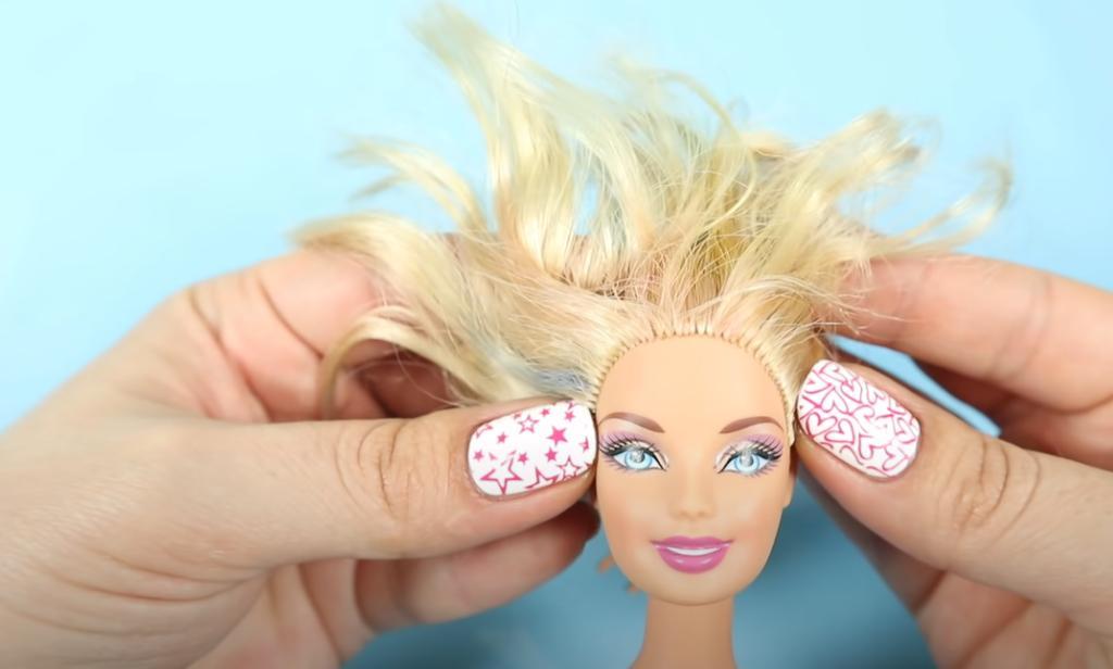 Дочурка давно просила новую куклу Барби: взяла ее старую и отрезала волосы