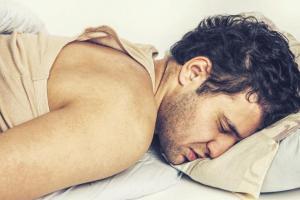 Почему человек вздрагивает во время засыпания