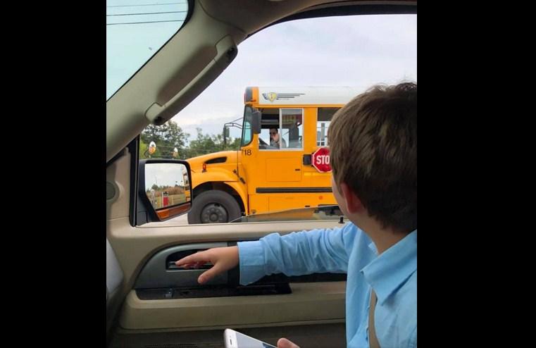 «Мне так жаль»: мальчик сел не в тот автобус и сильно переживал, но водитель вмешалась в ситуацию и стала героем в Сети