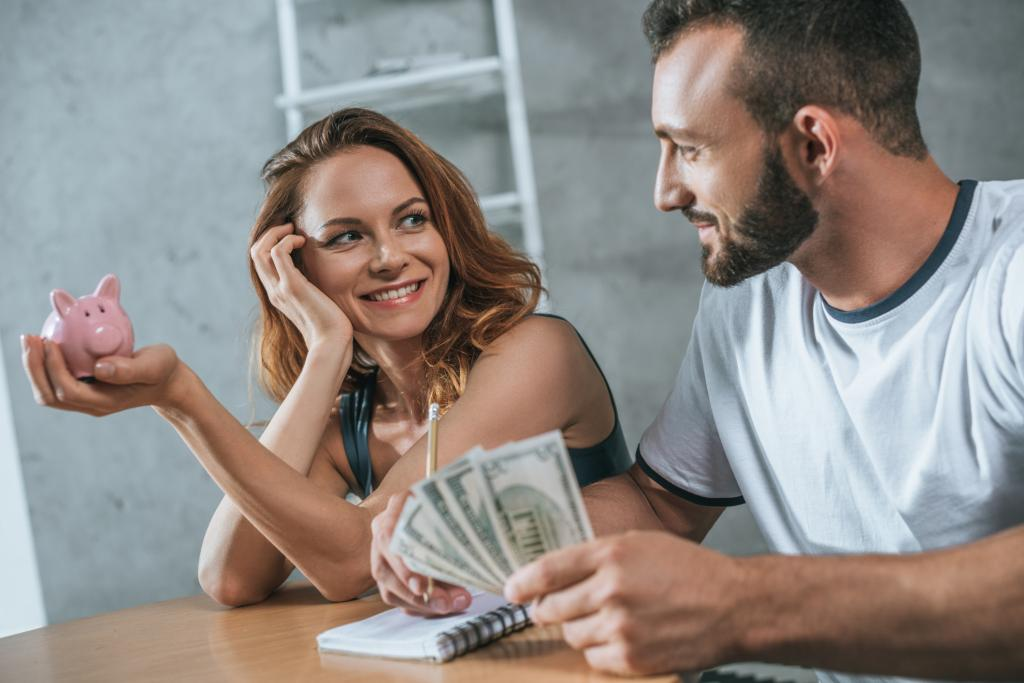 Жена попросила у своего богатого мужа деньги на открытие бизнеса. Он был хитрее и сказал, что даст ей их, если она сможет взять в банке кредит на эту же сумму