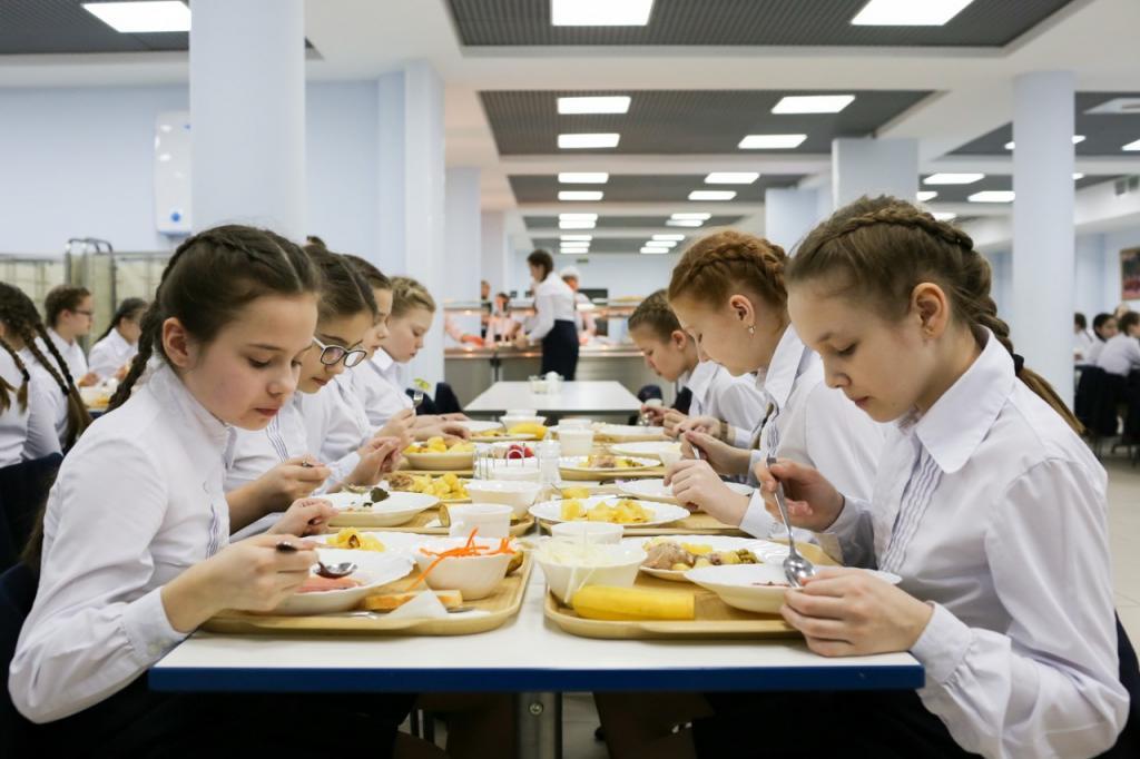 Шведский стол и завтраки вместо обедов: какие нововведения ждут российских школьников в столовых