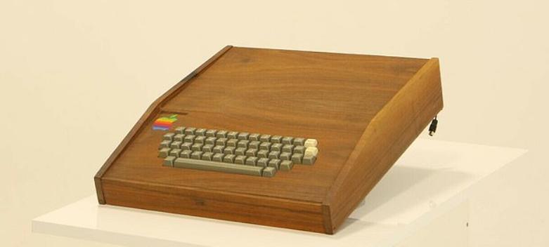 Оригинальный компьютер Apple 1 с деревянным корпусом будет продан за 1,5 млн долларов. Это в 2250 раз больше, чем он стоил в 1976 году