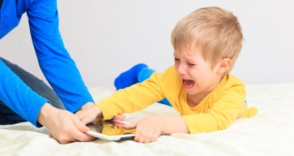 """Родителям """"врага"""" надо знать в лицо: 5 игр в телефоне, которые отнимают у ребенка 90% свободного времени"""