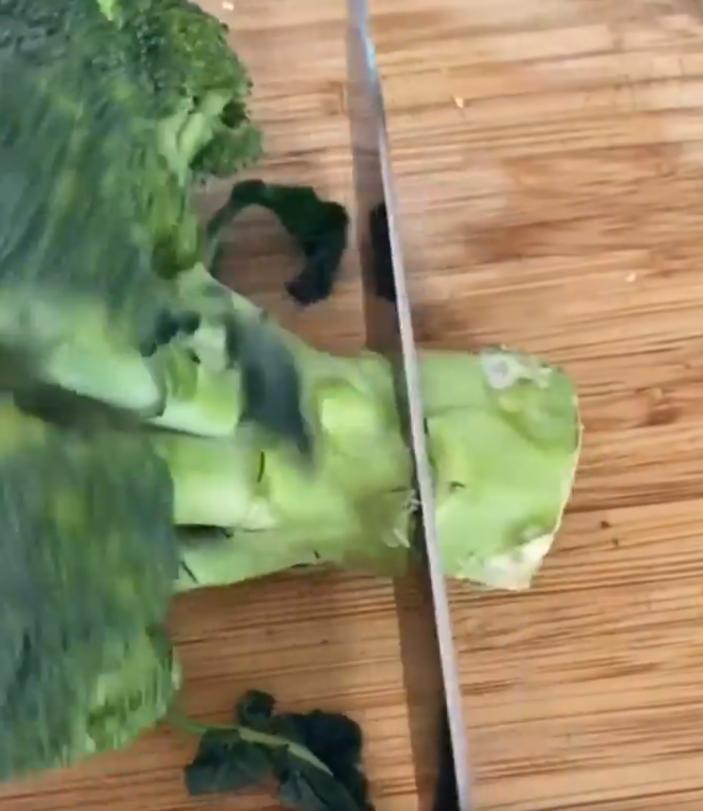 Подвядшую капусту брокколи не отправляю в мусорное ведро, возвращаю ей товарный вид за пару часов в холодильнике