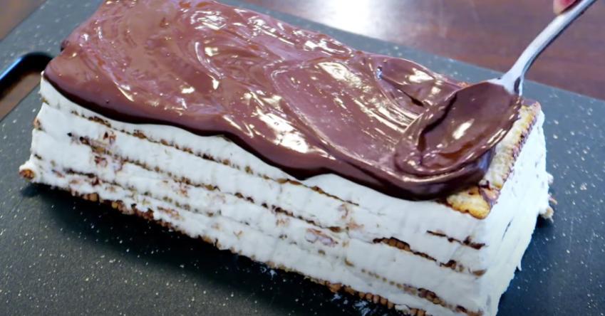 """Торт без выпечки """"Сливочное удовольствие"""" с шоколадом и ягодами: готовится быстро и просто, выглядит красиво и аппетитно"""