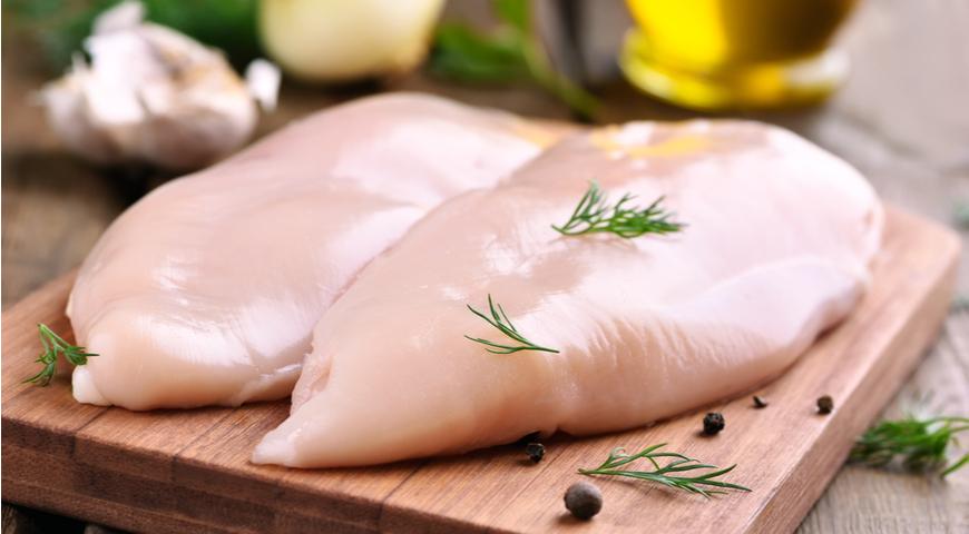 Сделать куриную грудку сочной помогут бюджетные секреты от шеф-поваров