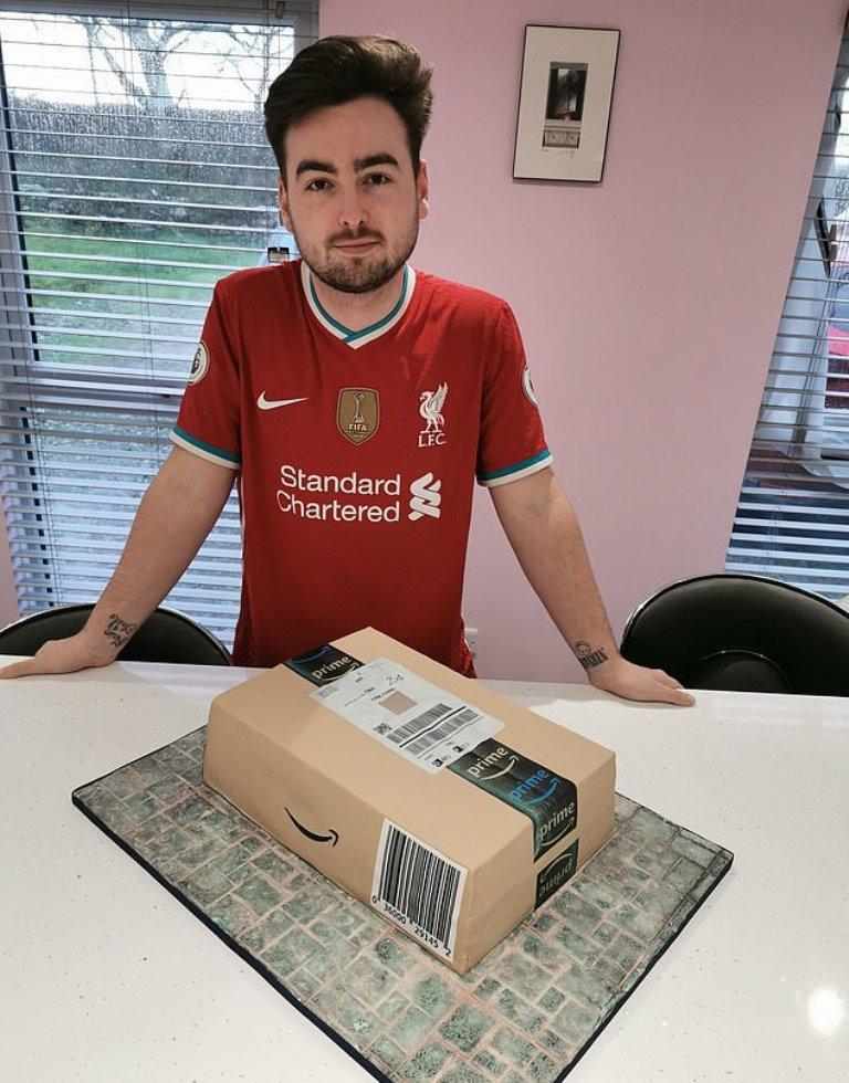 Чуть не распаковал: мама испекла сыну ко дню рождения торт в виде посылки