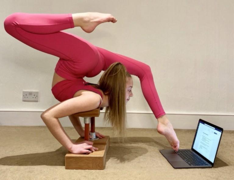 Девочка-гимнастка показала, как она делает уроки. Позы впечатляют (фото)