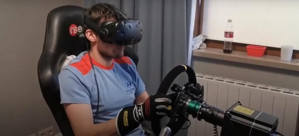 Автогонщик устраивает заезды, не выходя из дома: история российского чемпиона Европы по ралли онлайн с симулятором