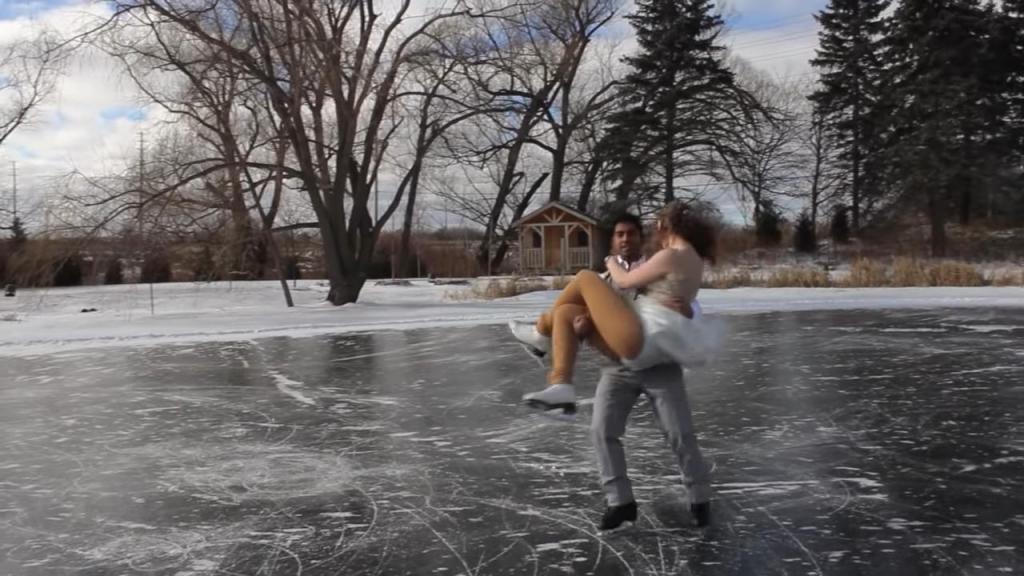 Это было похоже на волшебную зимнюю сказку: молодожены исполнили свадебный танец на замерзшем пруду (видео)
