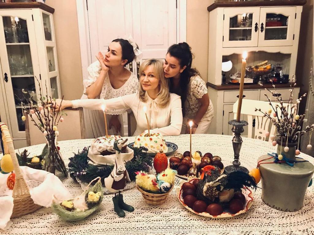 Отвергла мужа ради любимого и не ошиблась. Как выглядит супруг и дочки Анны Якуниной (новые фото)