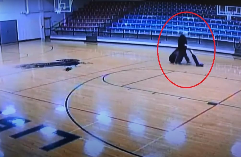 Камера засняла, как школьный уборщик выполнил лучший баскетбольный трюк: видео