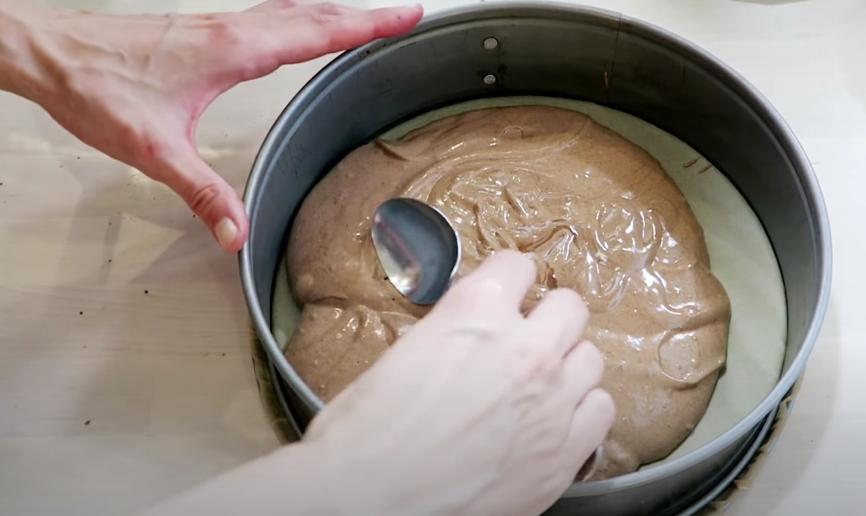 Шоколадно-бисквитный торт с кокосом и ежевикой: ягоду для десерта можно брать любую