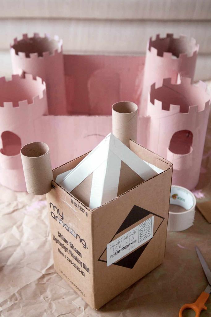 Из старых картонных коробок сделали с детьми настоящий игровой замок. Получилось красиво, аккуратно, и никаких затрат
