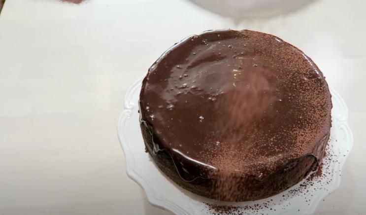 Шоколадный чизкейк с глазурью: десерт с бархатной текстурой просто тает во рту