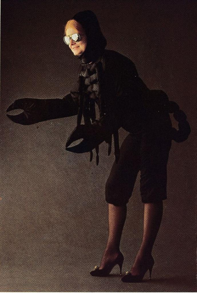 """Девушка нашла старую книгу с вариантами маскарадных костюмов и поспешила поделиться """"шедеврами"""" в Сети"""
