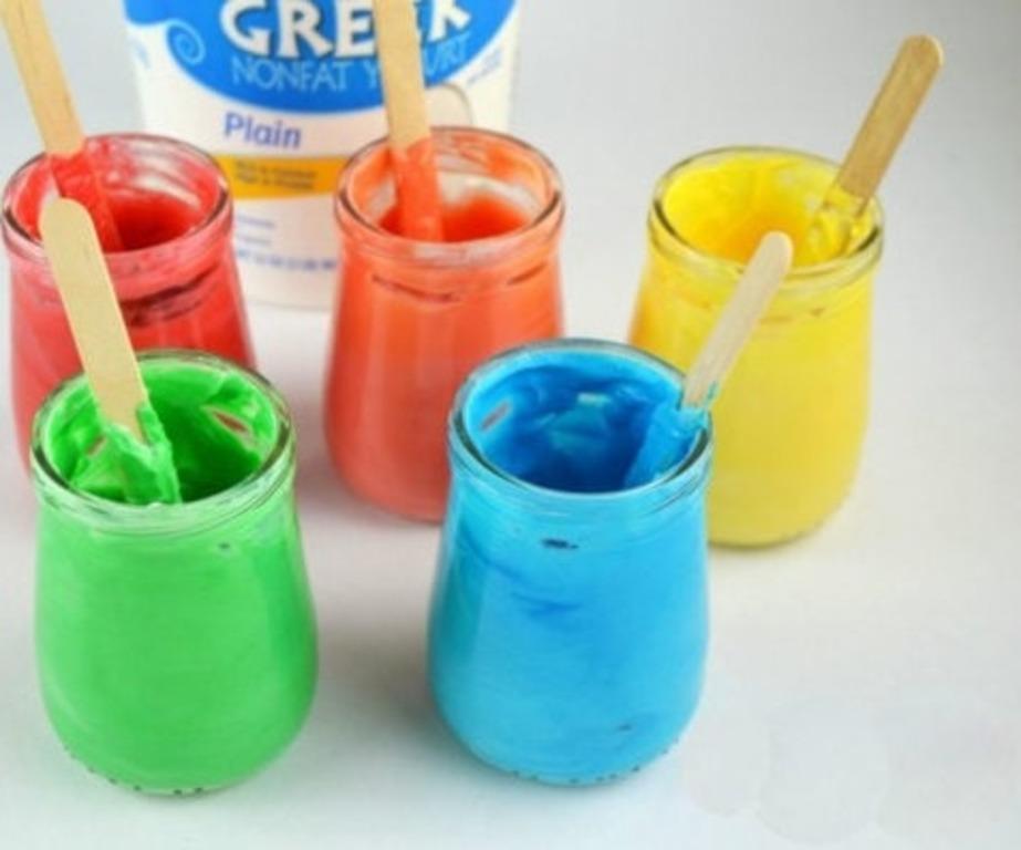 Всего из двух ингредиентов сделала для детей специальную краску. Ее можно наносить пальцами и даже съесть: очень простой способ