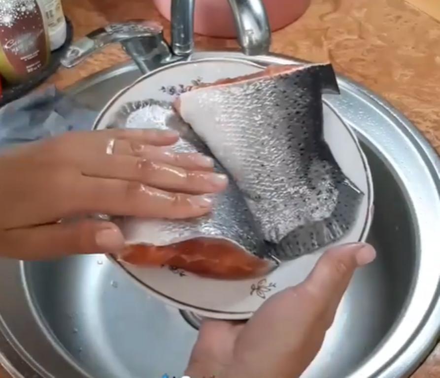 Чищу рыбу за минуту и не пачкаю руки: беру кухонную терку (век живи, век учись)
