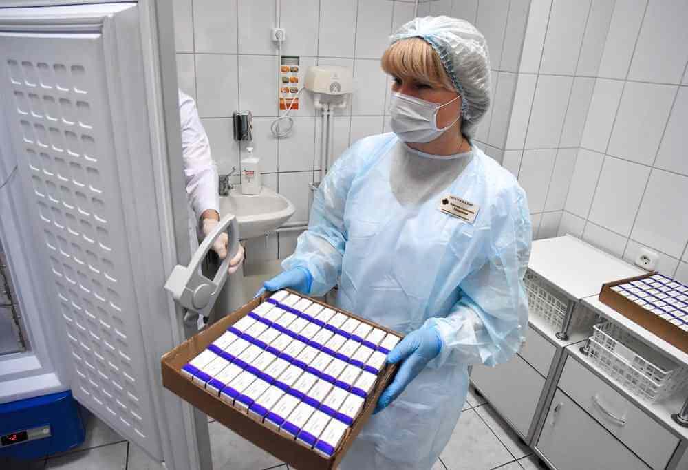 Биолог допустила возможность заразиться COVID-19 от вакцинированных